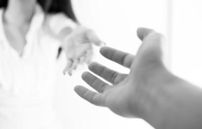 pain-relief-praxis-ganzheitliche-schmerztherapie-lifebalance-haende-reichen