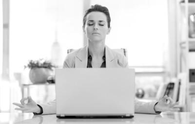 pain-relief-praxis-ganzheitliche-schmerztherapie-stressmanagement-frau-enspannung-buerotisch-laptop